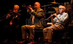 El músico Woddy Allen recibe el aplauso de sus incondicionales en Bilbao