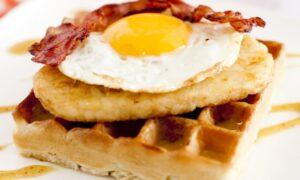 Waffles con huevo y tocino, ¡una delicia!