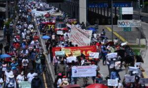 Miles de salvadoreños salieron a las calles para protestar contra el Gobierno de Bukele