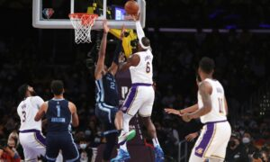 Carmelo empuja a los Lakers a su primera victoria